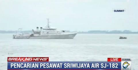 KRI Tjiptadi Bawa Pakaian Korban dan Puing Pesawat Sriwijaya