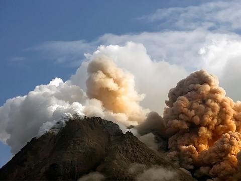 Muncul Kolom Letusan, Jarak Luncur Material Gunung Merapi Kian Jauh