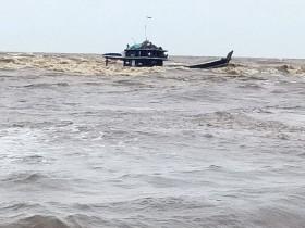 Kapal Muatan Kelapa Sawit Kandas Dihempas Gelombang