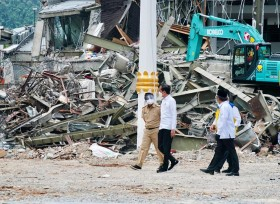 Jokowi Inspects Earthquake-Damaged Buildings in West Sulawesi