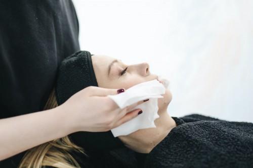 Eksfoliasi membantu mengangkat sel kulit mati dari permukaan kulit kamu, dan membantu memastikan sisa produk yang kamu gunakan terserap dengan baik. (Ilustrasi/Pexels)