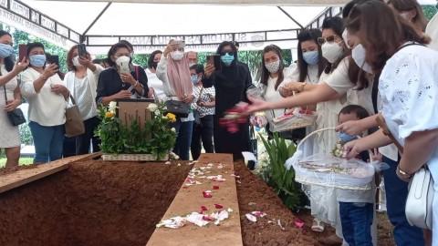Pemakaman Kopilot Sriwijaya Air SJ-182 Diwarnai Isak Tangis Keluarga