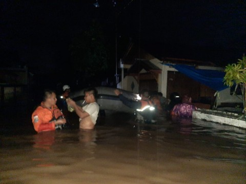 Prajurit TNI dan Peralatan Diterjunkan Bantu Atasi Banjir di Manado