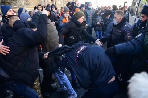 Polisi Tangkap Ratusan Orang dalam Bentrokan Pendukung Navalny