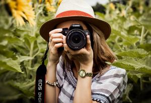 4 Gaya Berpose untuk Kamu yang Pemalu di Depan Kamera