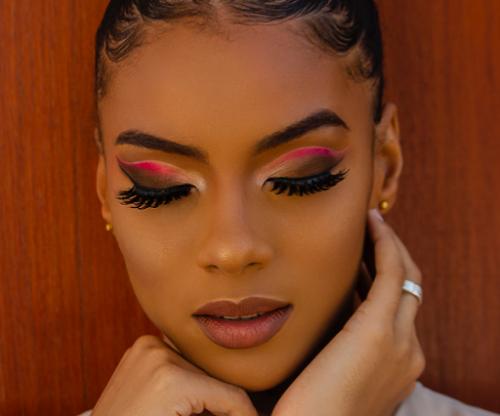 Banyak wanita yang suka menggunakan bulu mata palsu untuk menunjang penampilan riasannya. ( Foto: Ilustrasi. Dok. Pexels.com)