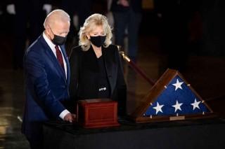 Biden Beri Penghormatan untuk Polisi yang Tewas dalam Kerusuhan di Capitol