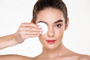 4 Cara Efektif Membersihkan Make Up
