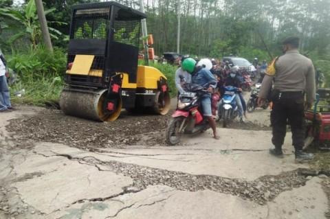 Petugas Kesulitan Perbaiki Jalan Ambles Menuju Objek Wisata Guci Tegal