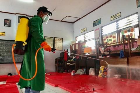 Pengungsian Korban Longsor Nganjuk Disemprot Disinfektan