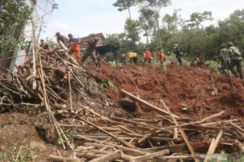 Bupati Nganjuk Ingatkan Waspada Cuaca Selama Pencarian Korban Longsor