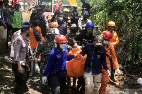 Petugas Evakuasi 3 Korban Longsor Nganjuk