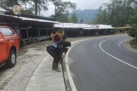 Retakan Tanah, Kendaraan Melintas di Jalur Payung Kota Batu Dibatasi