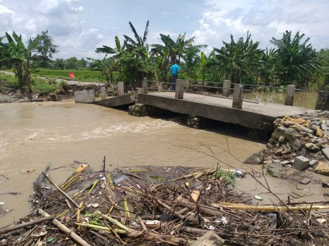 Jembatan Sinorboyo Gresik Putus Tersapu Arus Kali Lamong