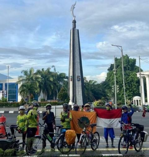 Relawan dari Sekolah Alam Bogor gowes sejauh 400 km untuk berbagi kepada pejuang jalanan. (Foto: Dok. Instagram @salambogor)