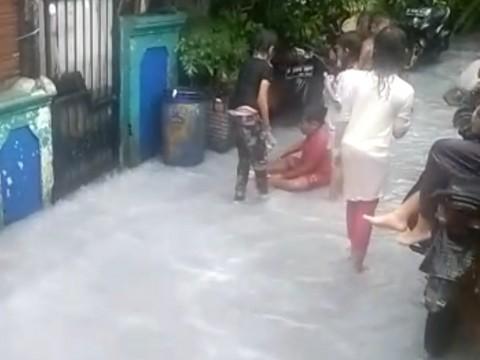 Unik! Banjir di Sunter Jaya Berwarna Putih Susu