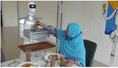 Santri Diniyah Putri Padang Ciptakan Robot Pelayan Kafe