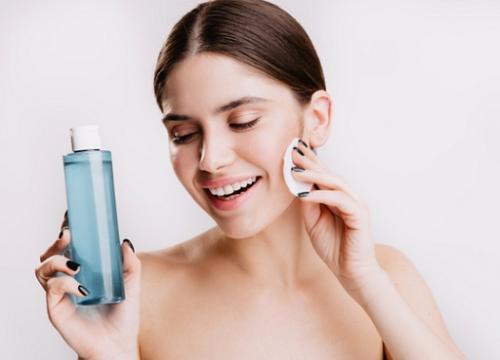 Micellar water adalah sahabat terbaik untuk kamu yang pemalas karena micellar water dapat membersihkan wajah hanya dengan satu langkah. (Foto: Ilustrasi. Dok. Freepik.com)