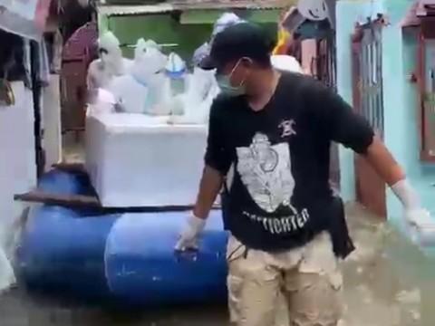 Menerjang Banjir, Tim Pemulasaran Jenazah Covid-19 Tetap Jalankan Tugas