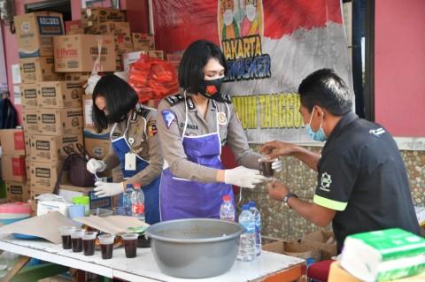 Polri Bagikan Ratusan Paket Sembako di Jaktim