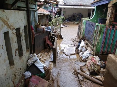 Sampah Sisa Banjir di Cipinang Melayu Mulai Diangkut