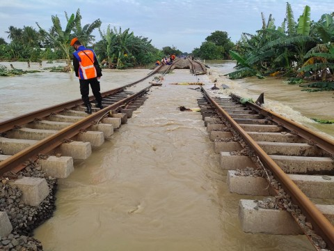 Banjir, Perjalanan 15 Kereta Api Jarak Jauh dari Jakarta Dibatalkan