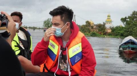 Baim Wong Bantu Korban Banjir, Evakuasi Bayi dan Lansia