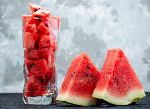 Sepiring semangka berair yang enak tentu bisa membantu menghilangkan sakit kepala. (Foto: Ilustrasi. Dok. Freepik.com)