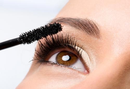 Jika kamu ingin bulu mata terlihat lebih panjang, kamu harus memilih maskara dengan kuas yang panjang dan tipis. (Foto: Ilustrasi. Dok. Freepik.com)