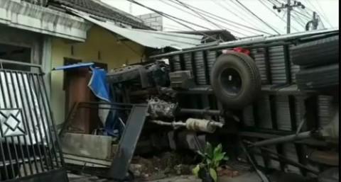 Truk Tronton Seruduk Dua Kendaraan dan Rumah di Pasuruan