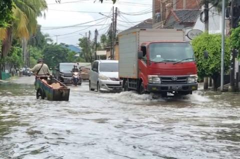 Pemprov DKI Pastikan Tak Ada Lagi Anak Berenang di Area Banjir
