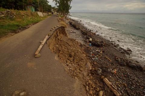 Jalan Maunori Ende Nyaris Putus Akibat Abrasi Pantai