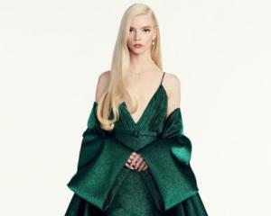 Glamor dari Rumah, Potret Fashion Aktris Hollywood di Ajang Golden Globe 2021