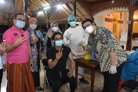 Bupati Cirebon Ditemani Penyanyi Charly Jalani Vaksinasi Covid-19