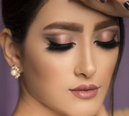 Untuk mengatasi kelopak mata yang berminyak adalah dengan melakukan pembersihan pra-make up. (Foto: Ilustrasi. Dok. Freepik.com)