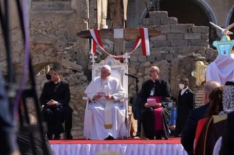 Paus Fransiskus Berdoa di Gereja Irak yang Dihancurkan ISIS