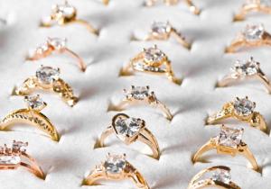 5 Jenis Perhiasan Bertumpuk Ini Bikin Kamu Terlihat Trendi dan Elegan