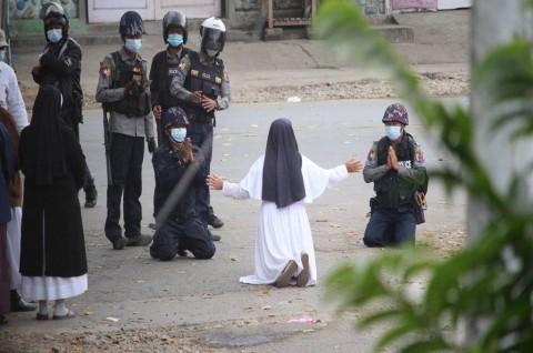 Lindungi Pedemo, Biarawati Myanmar Berlutut di Hadapan Polisi