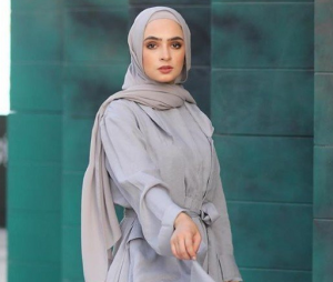 Tips Mix and Match Outfit dengan Hijab Warna Abu-Abu