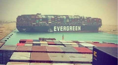 Kapal Kargo Raksasa Blokir Terusan Suez, Upaya Penarikan Masih Dilakukan