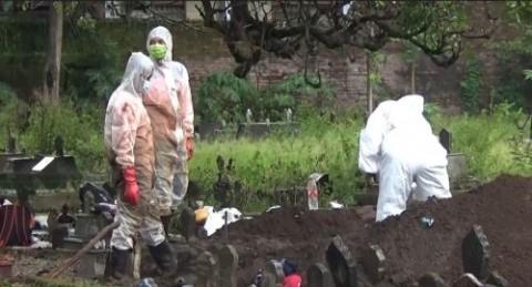 Jenazah Tertukar, Makam Pasien Covid-19 Dibongkar