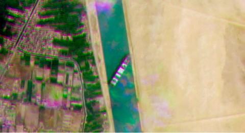 Air Surut Perlambat Evakuasi Kapal Kargo di Terusan Suez