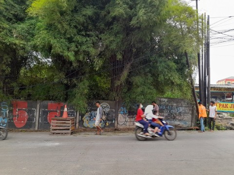 Kabel Menjuntai di Jalan Siliwangi Raya Tangsel Ganggu Pengguna Jalan