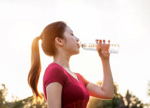 Minum air sebelum berolahraga akan memberi energi dan menghidrasi kembali tubuh. (Foto: Ilustrasi. Dok. Freepik.com)