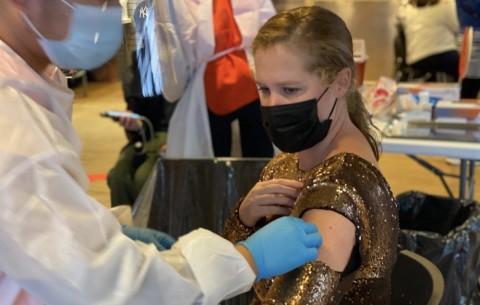 Amy Schumer Pakai Gaun Pesta saat Disuntik Vaksin Covid-19