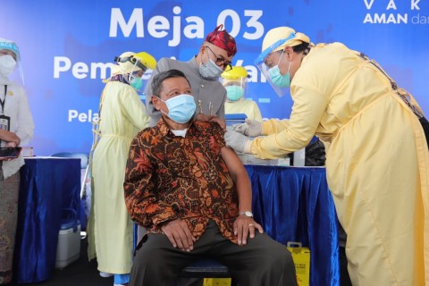 Puluhan Lansia di Kota Malang Jalani Vaksinasi Drive Thru