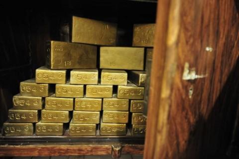 Imbal Hasil Obligasi AS Jatuh, Emas Dunia Merekah
