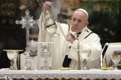 Paus Rayakan Misa Kamis Putih dengan Kardinal yang Dipecat