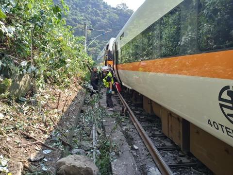 Truk Diduga Jadi Penyebab Kecelakaan Kereta di Taiwan