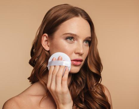 Gunakan susu pembersih dan toner atau make up  remover agar tidak ada sisa riasan wajah yang tersisa di wajahmu. (Foto: Ilustrasi. Dok. Freepik.com)